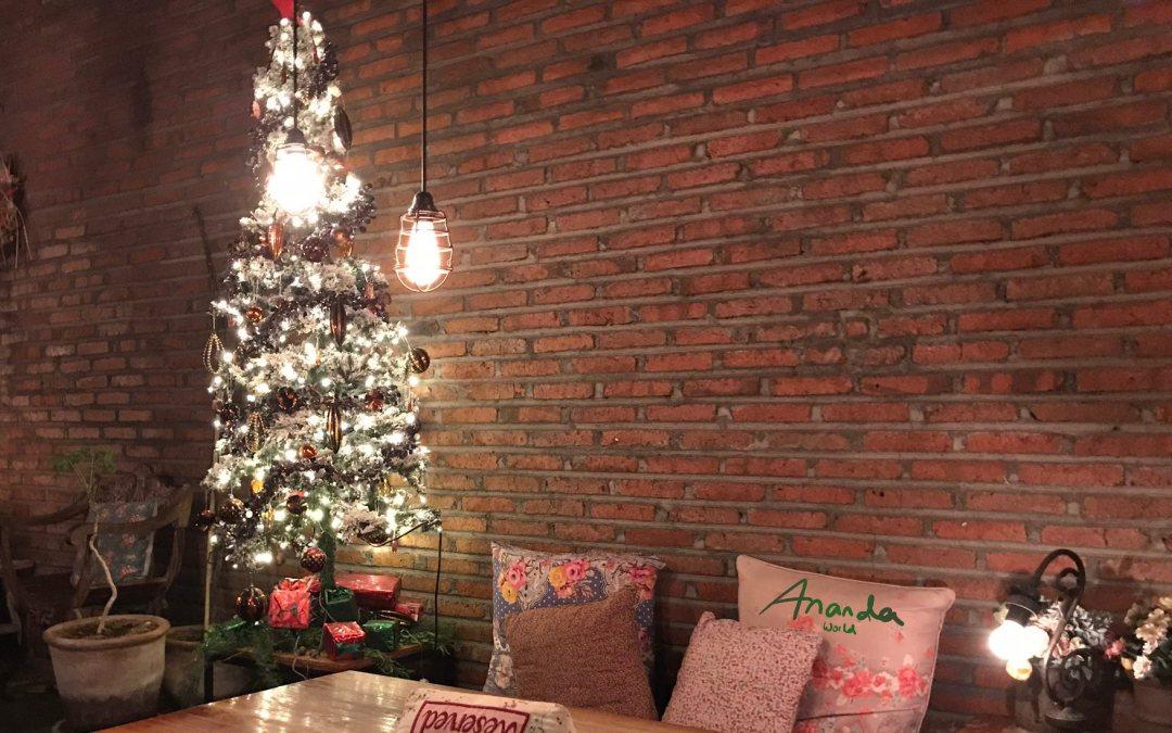Weihnachtsbaum mit Beleuchtung & Kissen in einem Restaurant