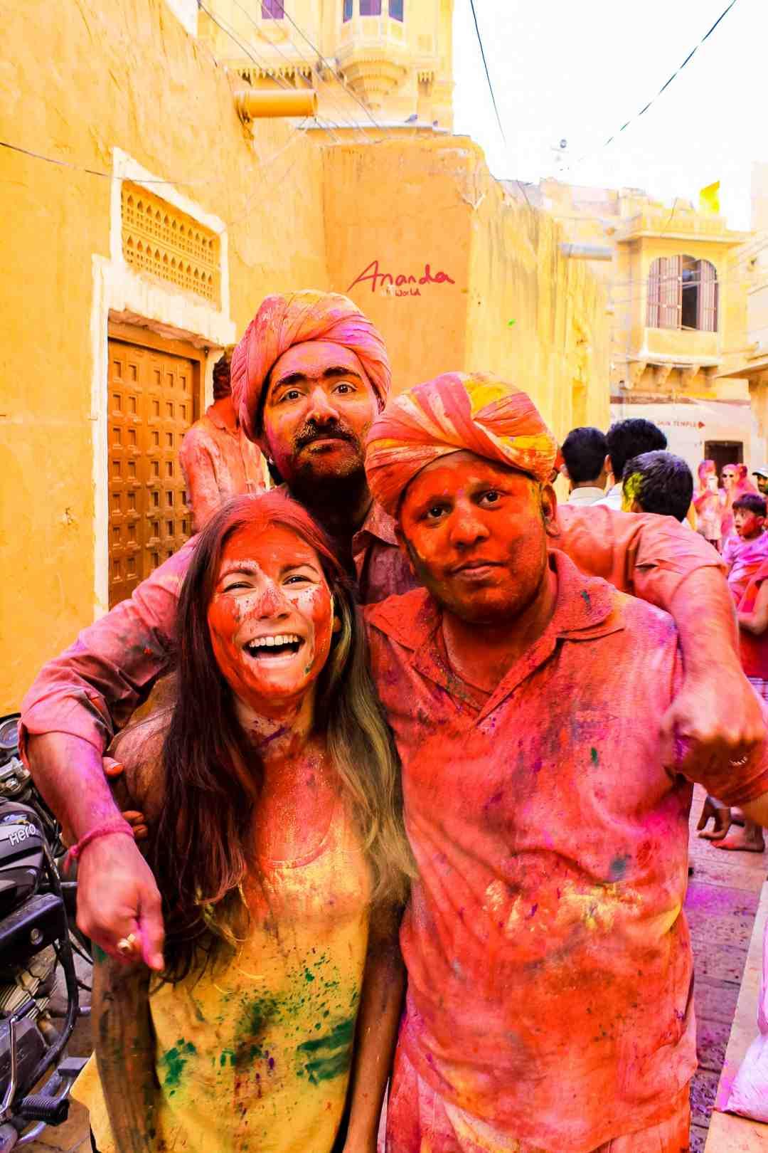 Gruppenbild von drei Personen am Holi Fest