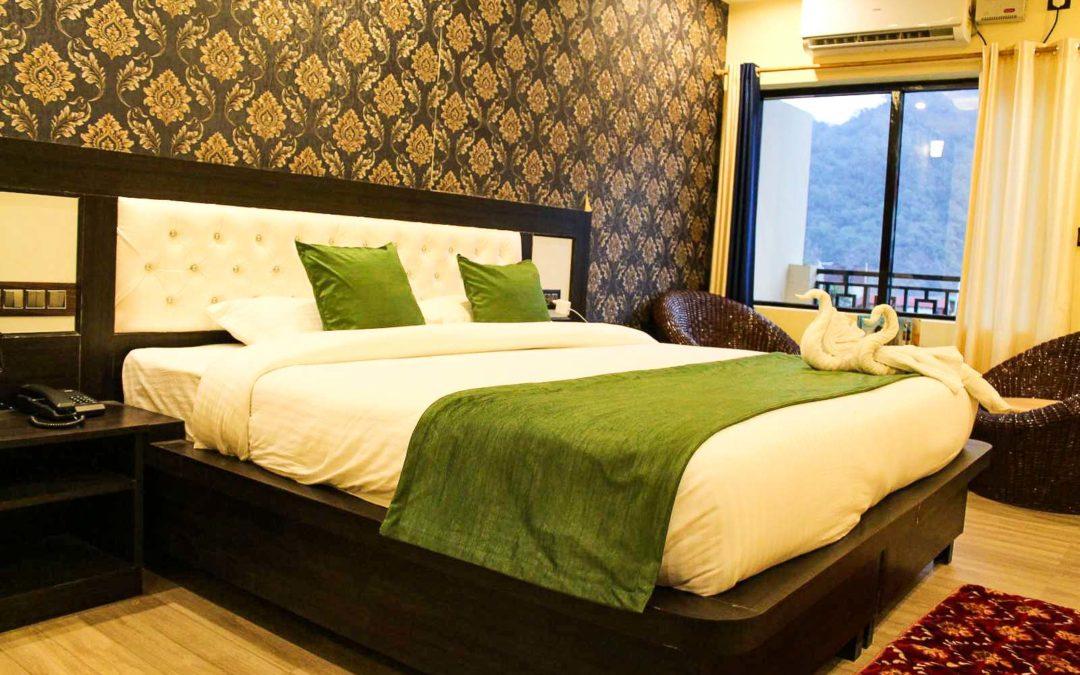 Doppelbett eines Hotelzimmers