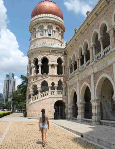 Ein arabisches Gebäude und ein Mädchen