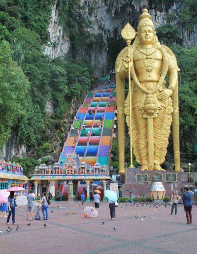 Eine bunte Treppe und goldene Figur
