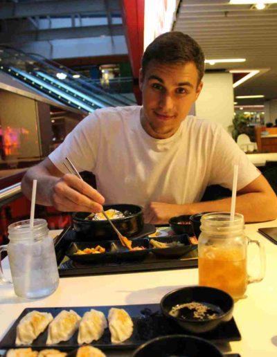 Koreanisches Essen in einer Mall und ein Mann