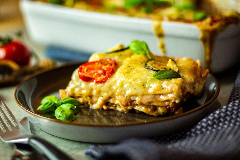 Ein köstliches Stück Lasagne auf einem Teller.