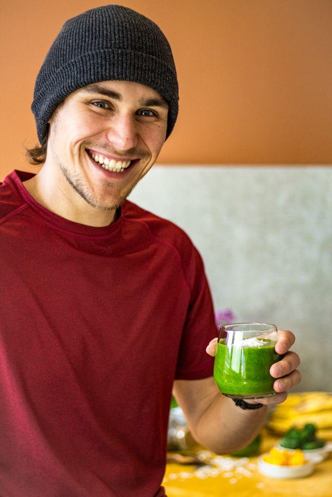 Michi freut sich über seinen schnellen Green-Smoothie.